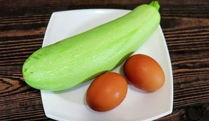 Беру кабачок и 2 яйца,чтобы приготовить вкусный и полезный ужин! Готовлю кабачки в духовке!